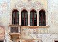 Trento, palazzo geremia, con affreschi di scuola veronese o vicentina del 1490-1510 ca. 02,3 quadrifora.jpg