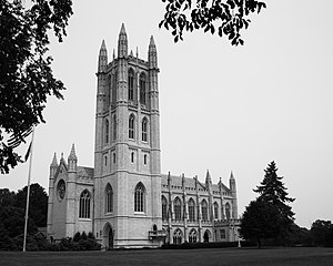 The Trinity College chapel, built in 1933, is an example of Collegiate Gothic architecture TrinCollHartfordChap.jpg