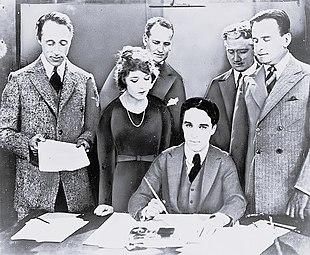5 febbraio 1919: La firma dei fondatori della United Artists: da sin. Griffith, Pickford, Chaplin (seduto) e Fairbanks. In secondo piano gli avvocati Albert Banzhaf (a sin.) e Dennis F. O'Brien (a destra)
