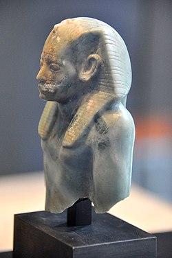 Фрагмент статуи Аменемхета III 12 династии ок.  1800 г. до н.э. Государственный музей египетского искусства, Мюнхен
