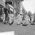 Vegers in wit costuum, Bestanddeelnr 912-7334.jpg
