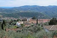 Vue du village du Tignet depuis une propriété du chemin de Léouvière.JPG