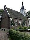 foto van Hervormde Kerk. Zaalkerk met spitsboogvensters en een houten torentje op de westgevel