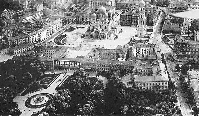 > Photo du jardin et du palais en 1900. Un projet de reconstruction du palais est en cours.