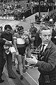 Wereldkampioenschappen te Recourt Maspes na zijn val op weg naar het rennerskwa, Bestanddeelnr 915-3986.jpg