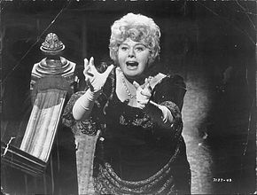 Shelley Winters nel film Chi giace nella culla della zia Ruth? (1971)