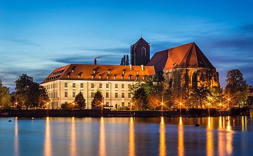Wroclaw - Biblioteka Uniwersytecka i Kosciol NMP na Piasku 01.jpg