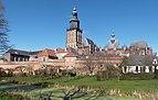 Zutphen, de Walburgiskerk RM41195 met stadsmuur vanaf de Martinetsingel IMG 3870 2020-03-31 13.44.jpg
