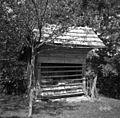 """""""Voljak"""" (čebelnjak), Velike Pece, pri Lavrih 1950.jpg"""