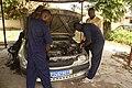 Élèves stagiaires en mécanique automobile 01.jpg