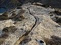 Ραγισμένος βράχος πάνω από το Αλωνίτσι.jpg