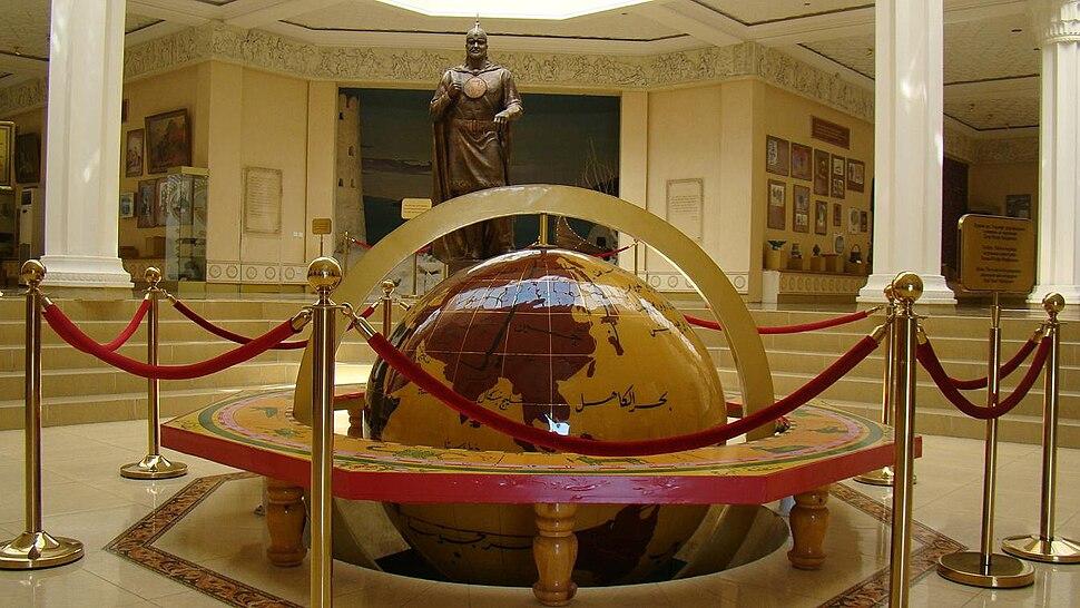 Глобус и статуя Темурмалика, Худжанд