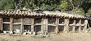 Des clapiers traditionnels, en bois et grillage, couverts de tuiles