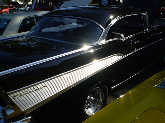 https://upload.wikimedia.org/wikipedia/commons/thumb/3/3a/1957_chevrolet_bel_air_sport_coupe_%28reverse%29.JPG/640px-1957_chevrolet_bel_air_sport_coupe_%28reverse%29.JPG