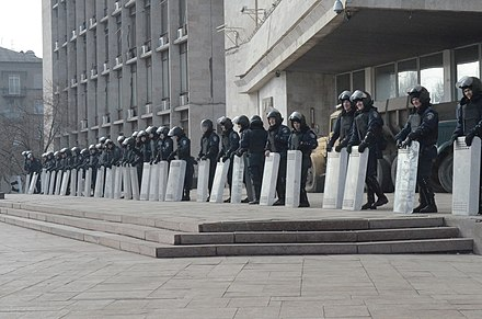 Ukrainian Riot Police guarding the entrance to the RSA building on 7 March 2014 2014-03-07. Донецкая облгосадминистрация 05.jpg