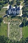 A tiszadobi Andrássy–kastély kertjében középkori liliomot rajzolva, hatalmas nyírt sövénykert-labirintus légifotón.jpg