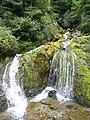 Accous (Pyr-Atl, Fr) Pont d'Esquir, cascade descendant du bois d'Arapoup.jpg