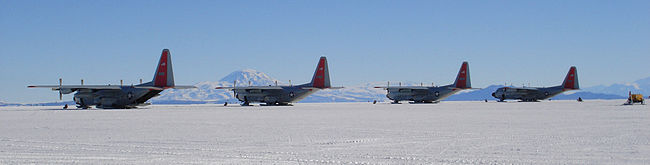 Foto: Adrew Mandemaker (2006)  Fire Lockheed LC-130 Hercules fra US Air Force ved Williams Field, Antarktika.