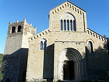 La torre medievale e la chiesa romanica dei Santi Giacomo e Filippo