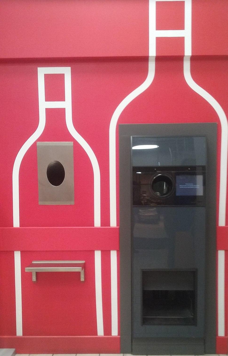 Automat do przyjmowania butelek zwrotnych w 60-tysięcznym Tomaszowie Mazowieckim Warszawska róg Szerokiej