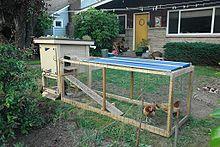 Le Poulailler dans POULE et COQ 220px-Backyard_chicken_coop_with_green_roof