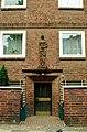Badenstedter Straße 18 Hannover Linden-Mitte Hauseingang hinter Treppen, darüber Terrakotta-Figur einer Frau, noch unidentifizierter Künstler.jpg