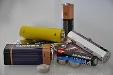 Flere typer elektriske batterier lagret oppå hverandre.