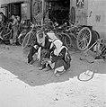 Bedoeïenen, zittend aan de straatrand bij een fietsenmaker, Bestanddeelnr 255-3434.jpg