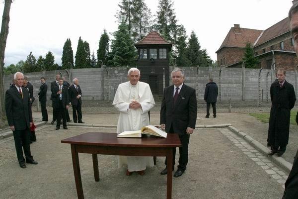 Benedictus XVI in Auschwitz-Birkenau3