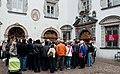 Besucher vor dem Haller Damenstift.jpg