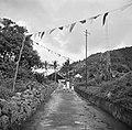 Bevolking op weg naar de koninklijke ontvangst op Saba, Bestanddeelnr 252-4124.jpg