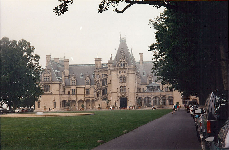 [عکس: 800px-Biltmore_estate_house%2C_color_front.jpg]