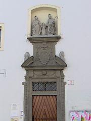 Sousoší Svatých Jáchyma a Anny s Pannou Marií na zdi kláštera Voršilek z Orlí ulice v Brně
