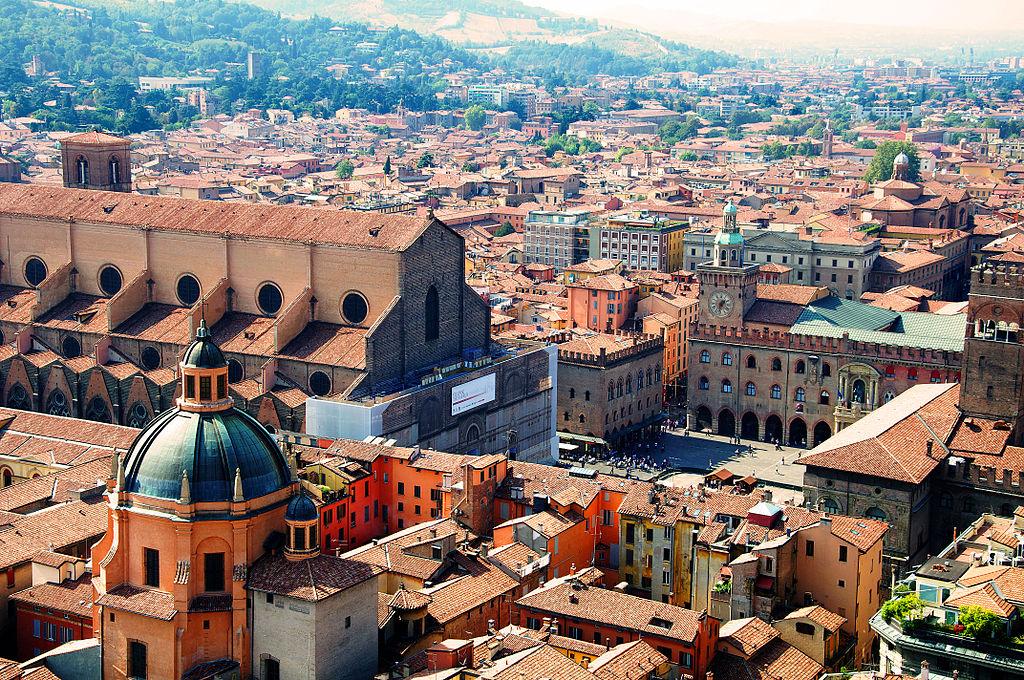 Vue depuis la tour Asinelli sur la basilique San Petronio et la Piazza Maggiore de Bologne. Photo de Goldmund100 (Luca Volpi)