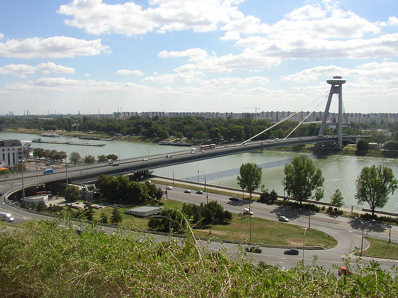Fichier:Bratislava New Bridge from castle hill.JPG