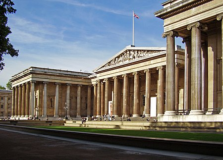 مبنى متحف مصمم وفقًا للنمط الإغريقي الإحيائي، وعلى سطحه علم.