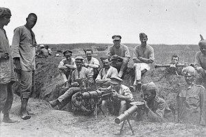 Les mitrailleurs britanniques et indiens avec une mitrailleuse Vickers, un fusil Lewis et un télémètre, 1917.jpg