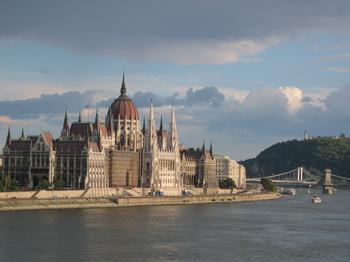 Imagen del parlamento húngaro junto al Danubio.