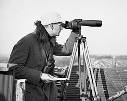 Bundesarchiv B 145 Bild-P014590, Rossitten, Vogelwarte; Spotting scope uses and features - eyepiece placement