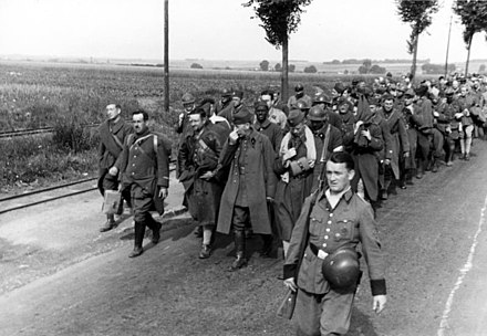 French prisoners of war are marched off under German guard, 1940 Bundesarchiv Bild 121-0404, Frankreich, Franzosische Kriegsgefangene.jpg