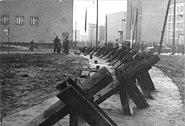 Bundesarchiv Bild 183-88574-0003, Berlin, Mauerbau, Friedrichstraße, Panzersperre