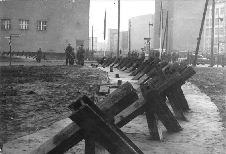 Bundesarchiv Bild 183-88574-0003, Berlin, Mauerbau, Friedrichstra%C3%9Fe, Panzersperre