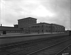 Canada Building (Saskatoon) - Canada Building in 1940, behind recently built CNR station (demolished in the 1960s)