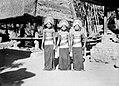 COLLECTIE TROPENMUSEUM Drie Balines danseressen in danskleding TMnr 10005089.jpg