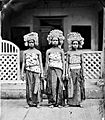 COLLECTIE TROPENMUSEUM Drie geposeerde Balinese danseressen TMnr 10004711.jpg