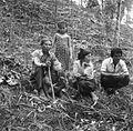 COLLECTIE TROPENMUSEUM Groepsportret van een familie in een kruidnageltuin TMnr 20000103.jpg