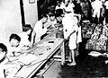 COLLECTIE TROPENMUSEUM Op de visveiling 'Pasar Ikan' te Jakarta Java worden de bedragen van de verkochte vis geadministreerd TMnr 10002551.jpg