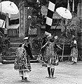 COLLECTIE TROPENMUSEUM Scene uit een Barong- en Krisdans in het voorhof van de dorpstempel TMnr 20000300.jpg