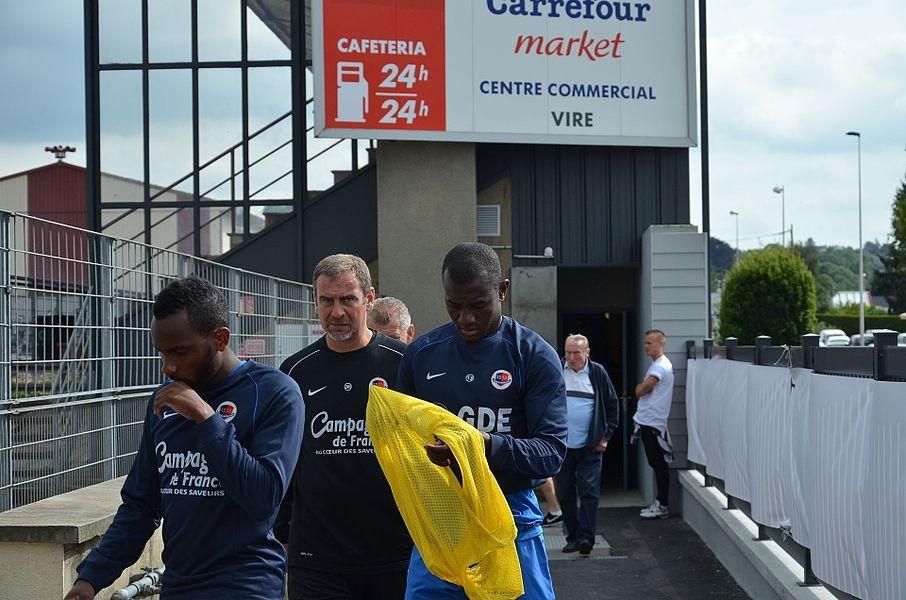 Photographie prise à l'occasion de la rencontre amicale opposant le Stade Malherbe de Caen au Stade rennais, le 9 juillet 2014 au stade Pierre-Comte de Vire. Ici, Lenny Nangis, l'entraîneur adjoint Jean-Marie Huriez et Jean-Jacques Pierre.