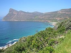 Photographie. Avancée de terre dans la mer. Très haute falaise.